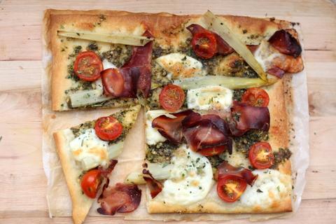 Pizza asparagus